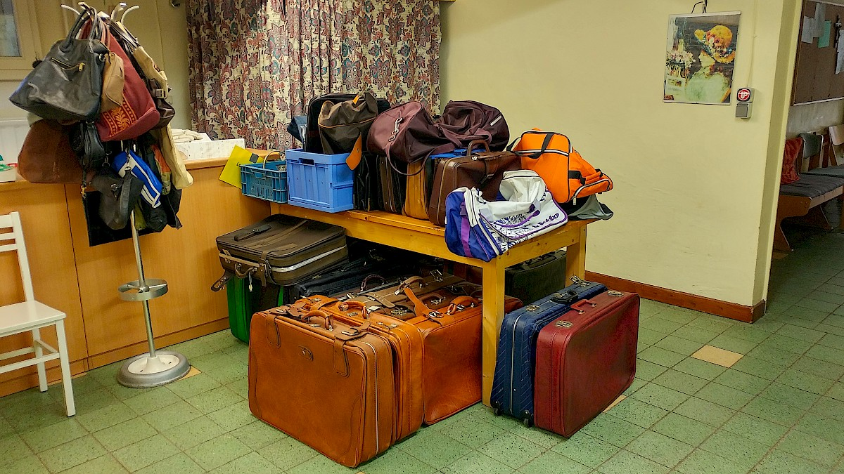 Types of suitcases in the front room of the Caritas charity closet. © U. M. Metje & A. S. Müller